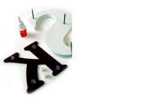 Monteringsbeslag til løse bogstaver og tal fra Bro's Skilte